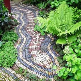 Мозаичная дорожка среди многолетних кустарников