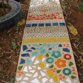 Оригинальная тропинка с покрытием из керамических осколков