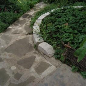 Каменная дорожка вдоль грядки с клубникой