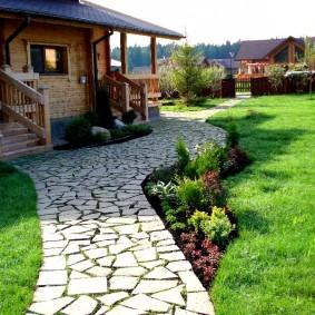 Дорожка из колотого камня к деревянному дому