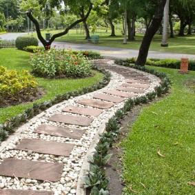 Парковая дорожка из прямоугольных камней