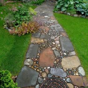 Самодельная дорожка из камней разного формата