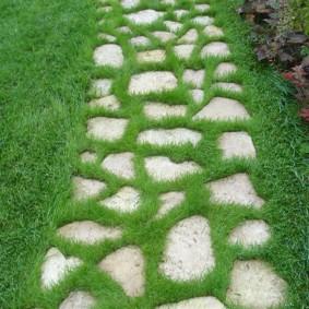 Простая дорожка из природного камня