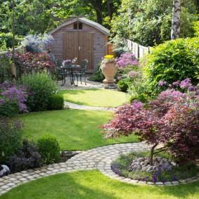 Узкий участок с красивым садом