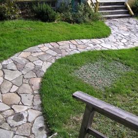 Старая дорожка из природного камня