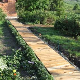 Дощатый настил вместо дорожки в саду
