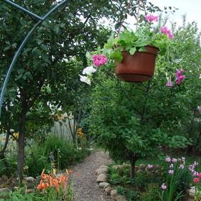 Садовая арка с подвесным горшком