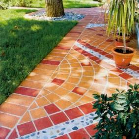 Керамическая плитка на садовой дорожке