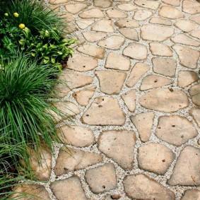 Плоский песчаник на садовой дорожке