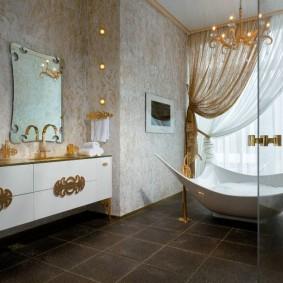 Роскошная ванна в просторной комнате