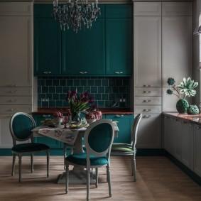 Большая кухня с серой мебелью