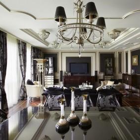 Черный плафоны на люстре в гостиной