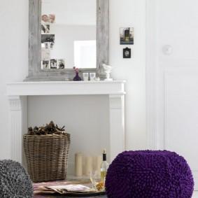 Прямоугольное зеркало в деревянной раме