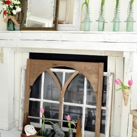 Старые оконные рамы в портале фальш-камина