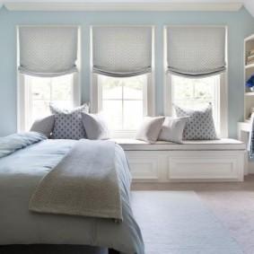 Римские шторы над диванчиком под окном