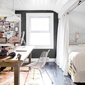 Спальное место для гостей за белой шторой