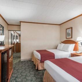 Две кровати в небольшой комнате для гостей