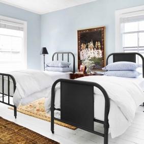 Узкие кровати с металлическими спинками