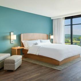Синяя стена в светлой спальне