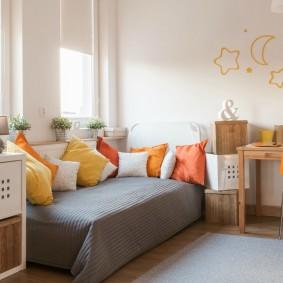 Детская кровать перед окном спальни