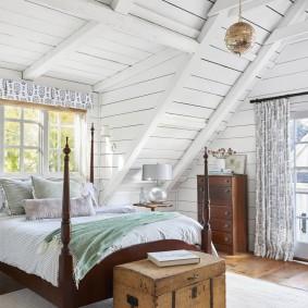 Удобная комната для гостей в мансардном этаже дома