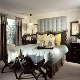 Стеклянные люстры на потолке спальни