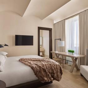 Волнистый потолок в маленькой спальне