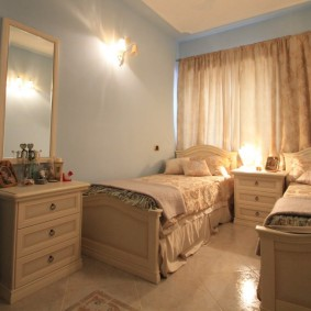 Узкая спальня с маленькими кроватями