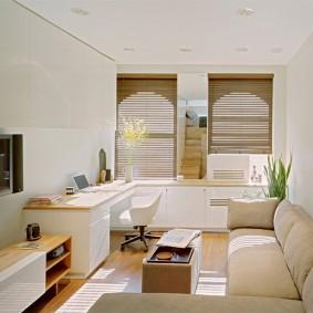 Угловой диван в комнате прямоугольной формы