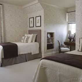 Узкие кровати в комнате частного дома