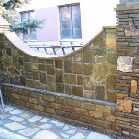 Каменный забор на дачном участке