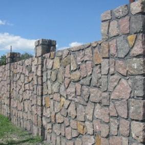 Садовая ограда из бутового камня