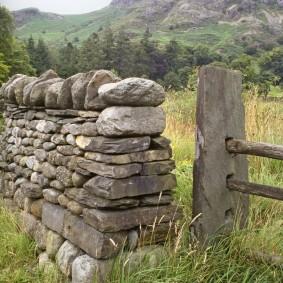 Каменное ограждение из валунов различного формата