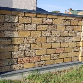 Забор из ракушечника на бетонном фундаменте