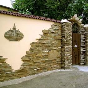 Декор бетонного забора искусственным камнем