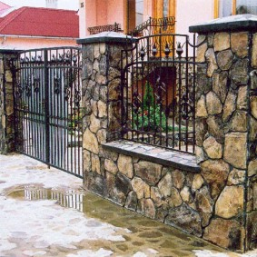 Каменные столбы с металлическими колпаками
