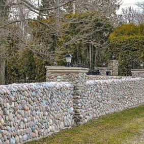 Низкая ограда из речного камня