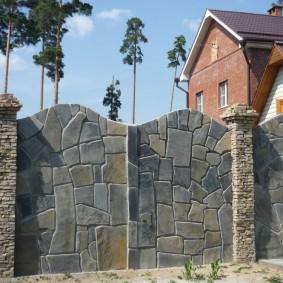 Отделка бетонной ограды плоским камнем
