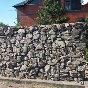 Забор из камня на дачном участке