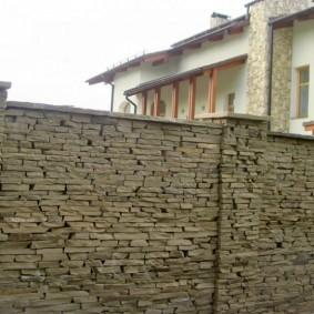 Глухой забор из плоского камня