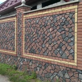 Комбинация кирпича и камня на глухом заборе