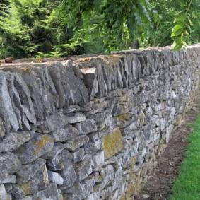 Каменная ограда небольшой высоты