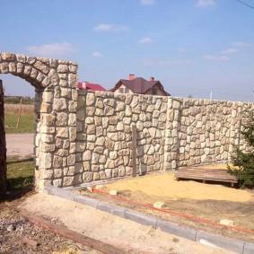 Строительство забора с каменной аркой