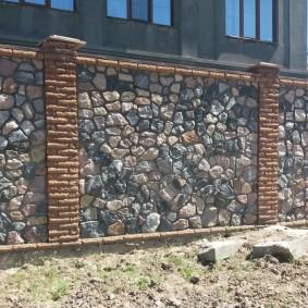 Высокий забор из природного материала