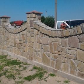 Капитальная ограда из валуна и булыжника