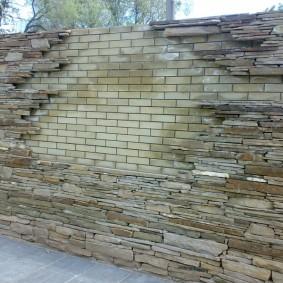 Декорирование камнем кирпичного забора