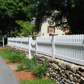 Белый деревянный забор на каменном цоколе
