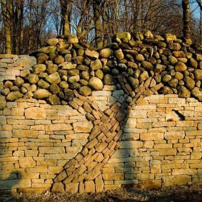 Декоративная кладка камня на заборе
