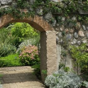 Садовая арка из бутового камня