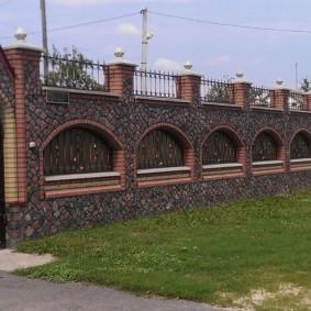 Эффектный забор перед загородным домом
